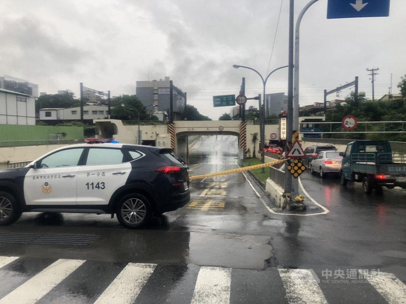 台南市區小東地下道30日上午因強降雨積水達40公分,警方一度派員封閉警戒。(台南市政府提供)中央社記者張榮祥台南傳真  110年7月30日