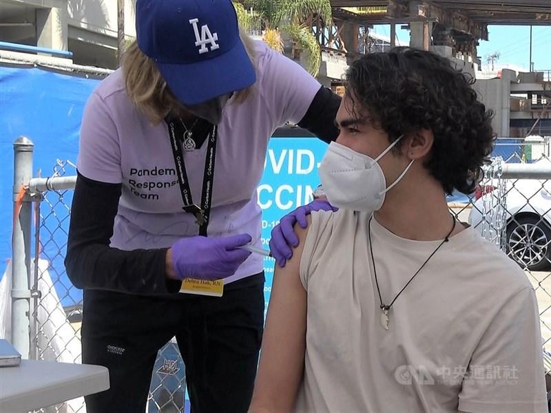 美國總統拜登7月29日宣布一系列措施,盼催高疫苗接種率,包括民眾打疫苗就發100美元、要求聯邦雇員接種疫苗等。圖為6月25日洛杉磯機場接種情形。(中央社檔案照片)