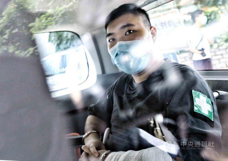 香港首宗國安法案被告唐英傑30日被法院判刑9年,法院早前裁定他煽動他人分裂國家罪及恐怖活動罪成。他在2020年「反送中」示威中騎著機車衝向防暴警察,機車插上寫有「光復香港,時代革命」的旗幟。圖為唐英傑的資料照片。(香港中通社提供)中央社 110年7月30日