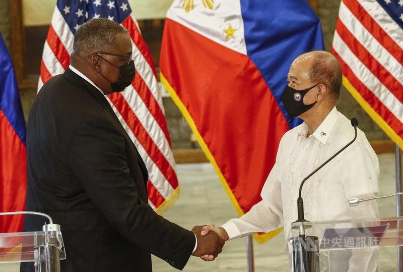 美國國防部長奧斯汀(左)29日抵達菲律賓訪問。菲律賓防長羅倫沙納(右)30日宣布,與奧斯汀會面後,總統杜特蒂決定收回終止菲美軍隊互訪協定的計畫。中央社記者陳妍君馬尼拉傳真  110年7月30日