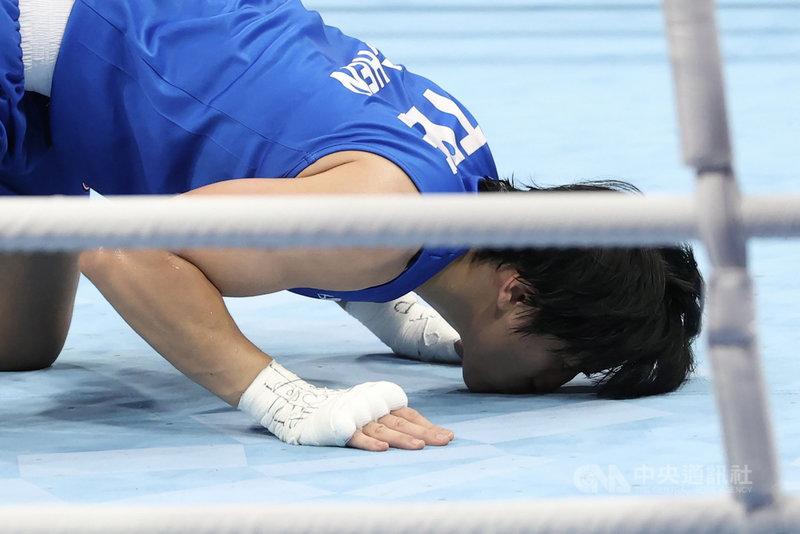 台灣「拳后」陳念琴(圖)30日上午在東京奧運女子拳擊69公斤量級8強賽,不敵印度名將博格漢(Lovlina Borgohain),沒能再推進個人奧運最佳成績。圖為陳念琴賽後跪下親吻地板。中央社記者吳家昇攝 110年7月30日