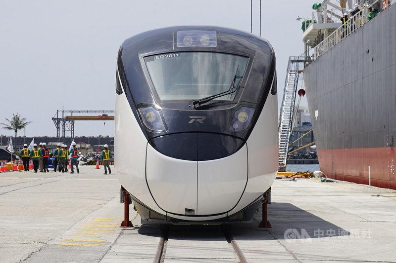台鐵局首批EMU3000型城際列車受到COVID-19疫情及颱風烟花影響,延至26日才啟航,30日上午抵達花蓮港進行卸船。中央社記者張祈攝  110年7月30日
