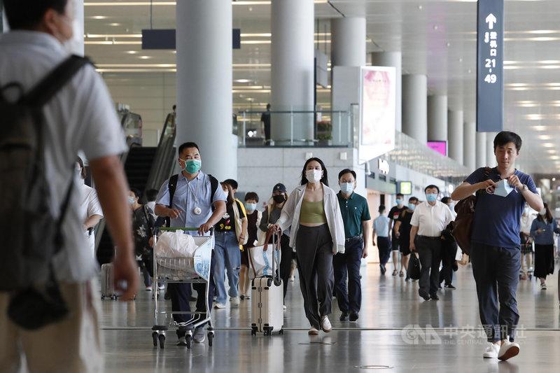 中國國家移民管理局30日指出,為防境外疫情移入,上半年簽發普通護照33.5萬本,僅為2019年同期的2%。圖為18日,上海虹橋國際機場客流略有增加,但絕大多數為國內航班。(中新社提供)中央社 110年7月30日
