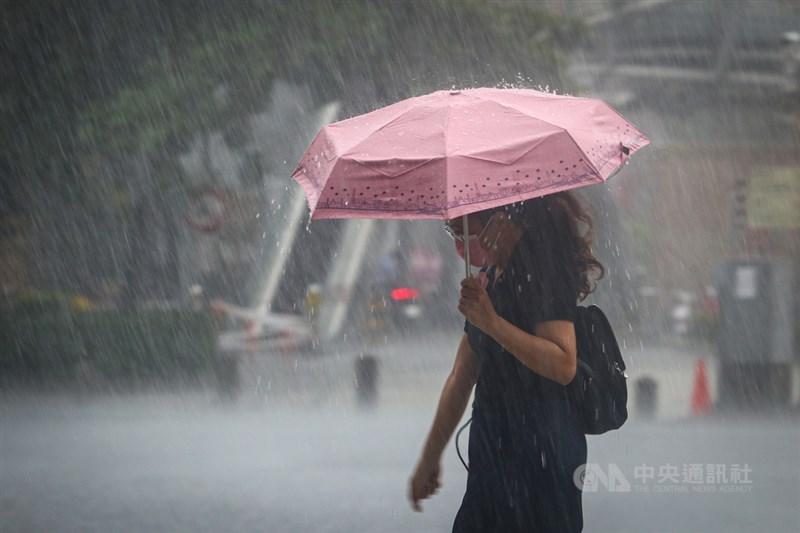 中央氣象局表示,未來一週西南風逐漸增強,降雨也有增多趨勢。中央社記者王騰毅攝 110年7月28日