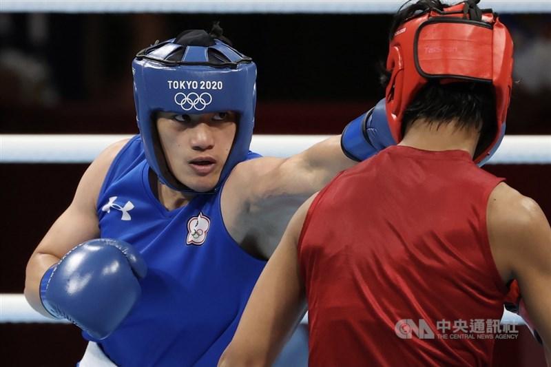 2度挑戰奧運的台灣「拳擊女王」陳念琴(藍衣)30日在東京奧運女子拳擊69公斤量級8強賽,不敵印度名將,最終以1比4落敗,止步8強。圖為陳念琴刺拳攻擊對手。中央社記者吳家昇攝 110年7月30日