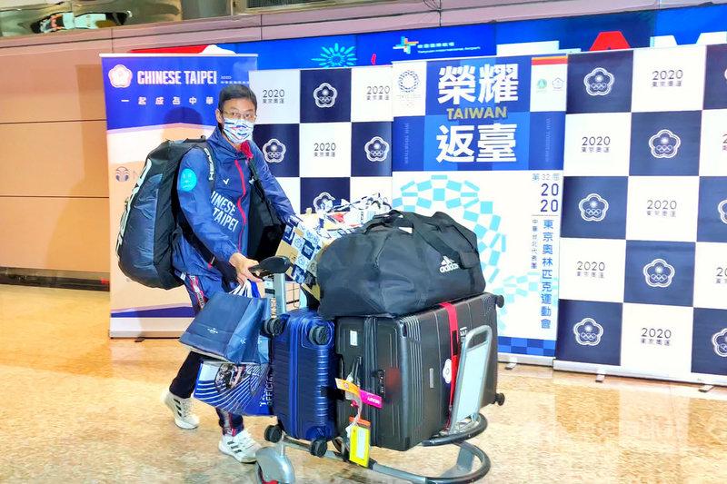 參加東京奧運的台灣網球選手盧彥勳30日返抵國門,盧彥勳說,不管打得好或不好,回到台灣就像是回到家,他覺得民眾都給了他們很多鼓勵、支持和溫暖,對他的支持是有始有終,他真的很感激,也非常榮幸與榮耀能代表國家參加奧運等任何比賽,希望將來還有機會參與國家盛事。中央社記者吳睿騏桃園機場攝 110年7月30日