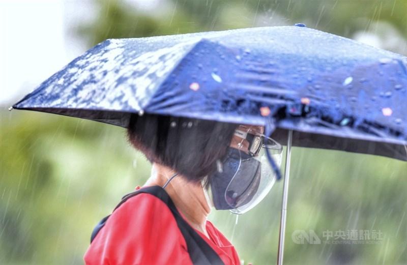 受到西南風影響及午後對流雲系發展旺盛影響,中央氣象局30日下午針對15縣市發出豪雨大雨特報。(中央社檔案照片)