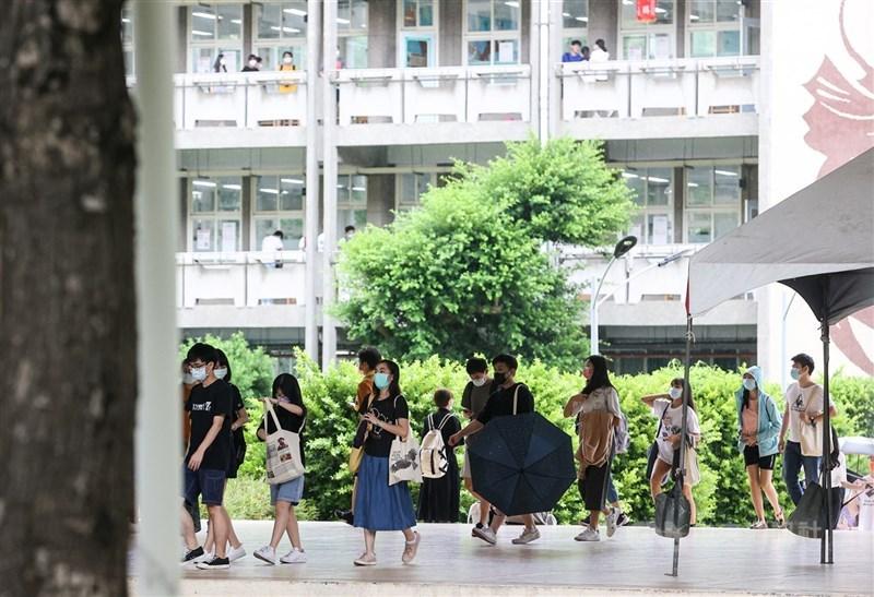 大學指考30日舉行最後一天試程,上午考科為歷史、地理,下午最後一科為公民與社會,考試結束後學生們陸續步出教室,準備離開考場。中央社記者鄭清元攝 110年7月30日