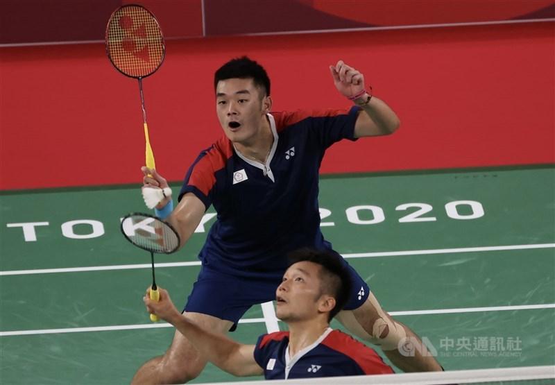 李洋(前)、王齊麟(後)、30日在東京奧運羽球男雙4強賽擊敗印尼對手、闖進金牌戰,兩人賽後都在臉書貼出國旗,並說「我台灣人我驕傲」、「我來自台灣」。(中央社檔案照片)