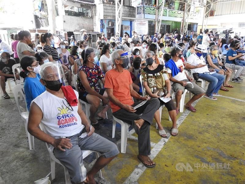 菲律賓政府30日宣布,因應Delta病毒傳播迅速,首都大馬尼拉地區下週起將重新開始封城。圖為馬尼拉市民7日參加社區健檢活動。(中央社檔案照片)