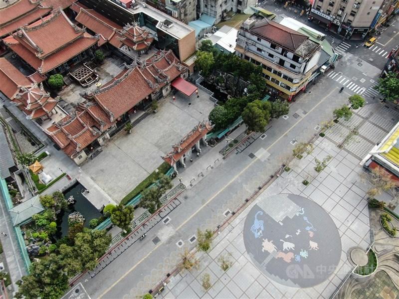 台北市長柯文哲30日表示,已與北醫、台大公衛學院合作,將在萬華區執行血清抗體研究。圖為5月23日一向香火鼎盛的萬華龍山寺受疫情影響沒了人潮。(中央社檔案照片)