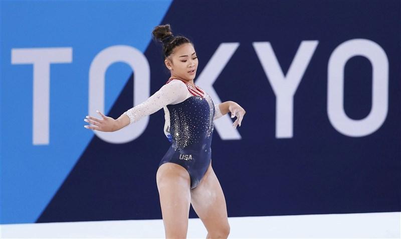 東奧女子體操,美國隊巨星拜爾絲退出個人全能項目,18歲的蘇妮莎.李伊(圖)挺身而出,為美國隊保住金牌。(共同社)