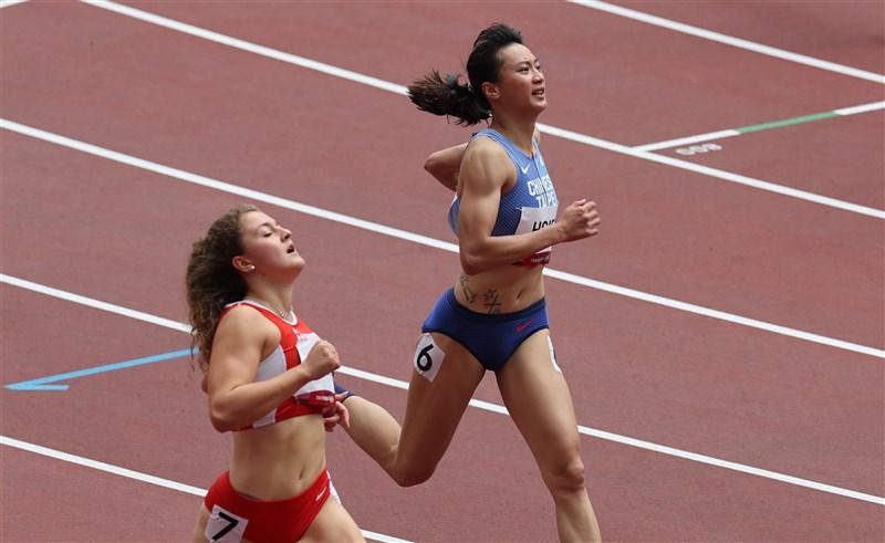 「跨欄女神」謝喜恩(右)30日在東京奧運轉戰田徑項目女子100公尺外卡賽出賽,跑出12秒49,無緣晉級預賽。(體育署提供)
