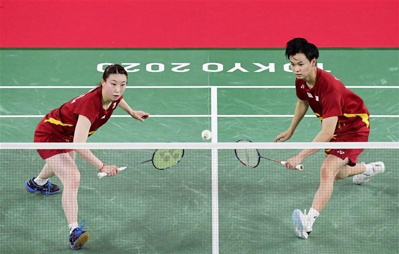 日本羽手選手東野有紗(左起)與渡邊勇大30日在東奧混雙銅牌戰擊敗香港對手,拿下日本在奧運混雙項目首面獎牌。(共同社)