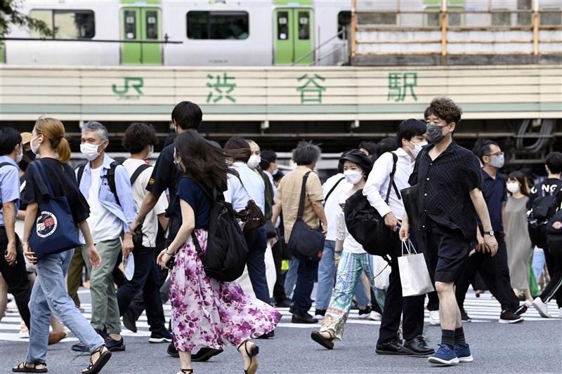 日本NHK報導,日本全境截至30日晚間6時30分止,共新增1萬743例COVID-19確診病例,創歷史新高。圖為30日東京澀谷車站週邊人潮。(共同社)