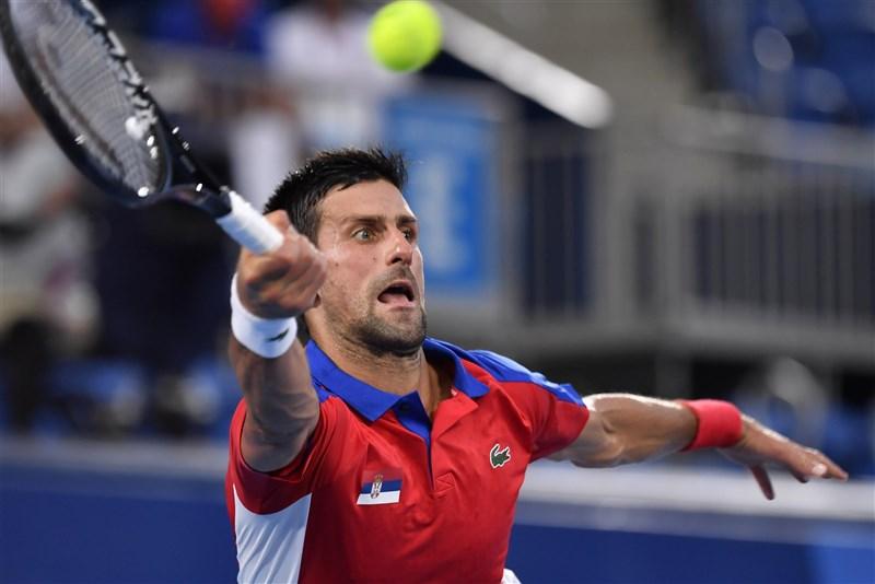 塞爾維亞世界球王喬科維奇(圖)30日意外兵敗東京奧運男子網球4強賽,包辦今年四大滿貫賽冠軍加奧運金牌的「年度金滿貫」夢想破滅。(共同社)