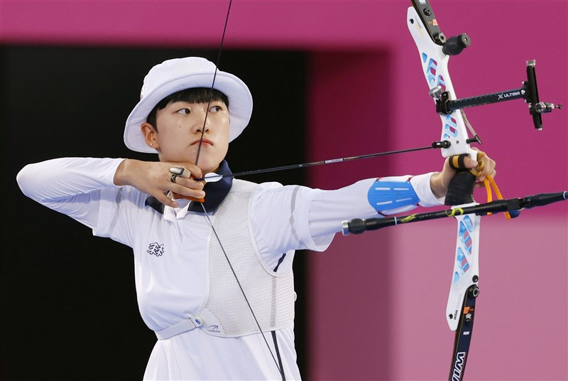 韓國女子射箭選手安山出戰東京奧運在女子個人項目挺進8強,卻因一頭短髮遭部分韓國網友抨擊。圖為29日安山在女子個人賽成功晉級。(共同社)