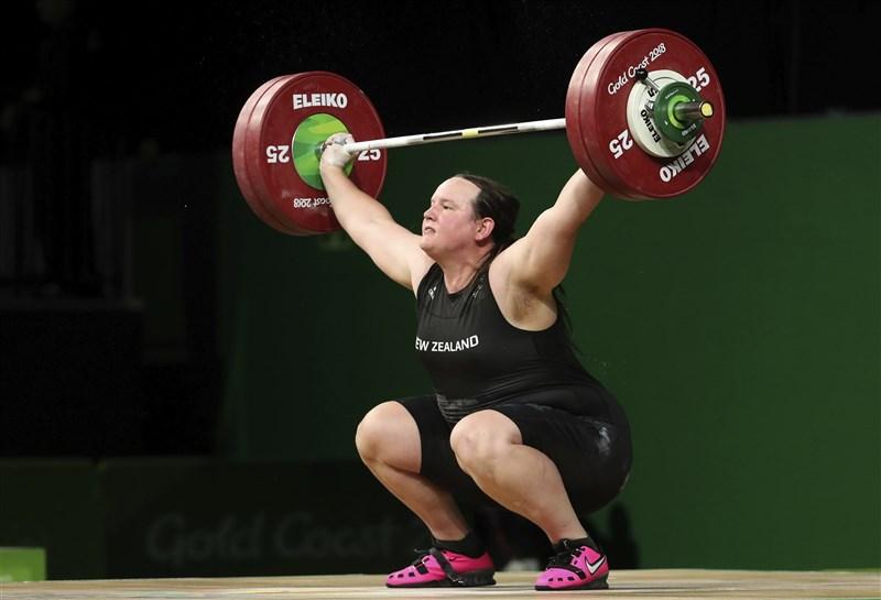 紐西蘭舉重選手哈伯德(圖)即將成為首位在奧運出賽的跨性別運動員,不過大批網友在社群網站對哈伯德留下負評。圖為哈伯德2018年在澳洲參加舉重決賽。(美聯社)