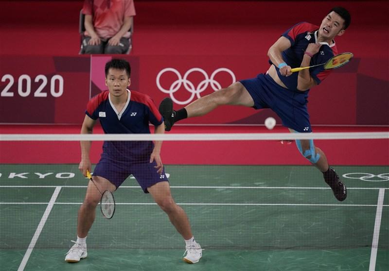 台灣選手30日在羽球場上連傳捷報,男雙組合王齊麟(左)與李洋(右)搶進決賽,創下台灣羽球紀錄,31日將搶金牌。(美聯社)