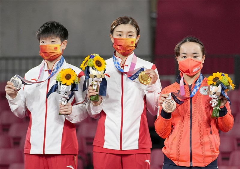 東京奧運29日桌球女單決賽,中國隊的陳夢(中)擊敗同胞孫穎莎(左)拿下金牌,日本好手伊藤美誠(右)摘銅。(共同社)