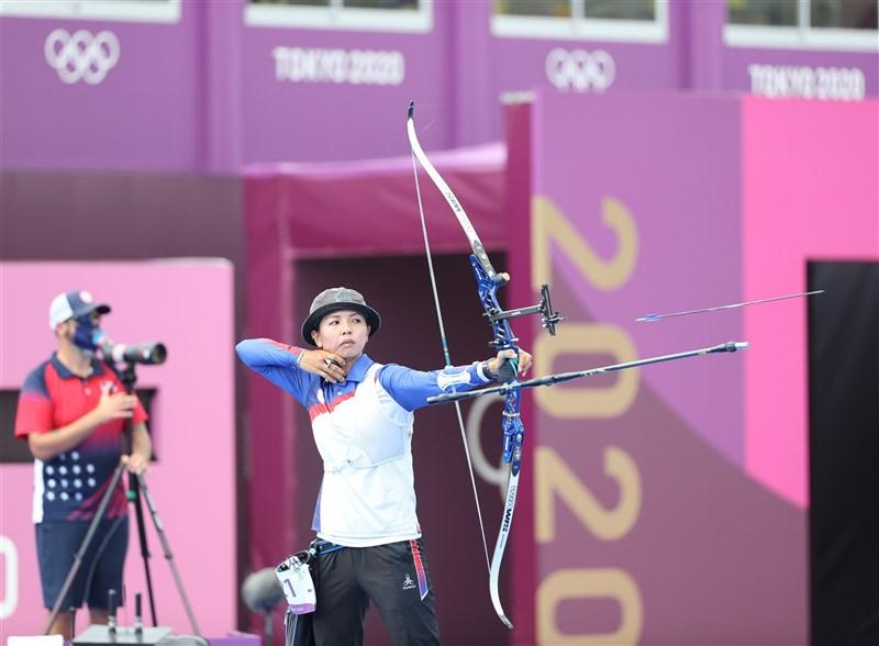 台灣射箭女將林佳恩(中)30日在2020東京奧運射箭女子個人對抗賽16強,不敵美國女將布朗,未能挺進8強。(體育署提供)