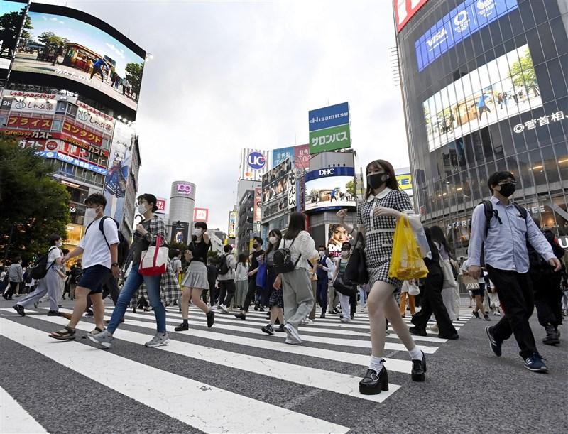 東京奧運在「緊急事態宣言」下開幕,但原訂8月22日解除的宣言又將延長到8月31日。圖為7月30日的東京澀谷街頭。(共同社)