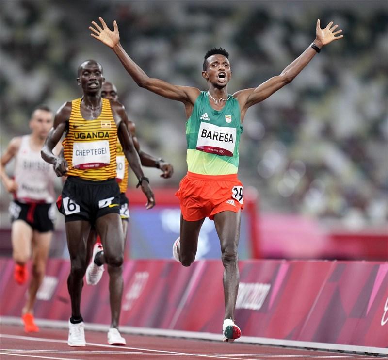 東京奧運田徑男子1萬公尺項目,30日由衣索比亞的巴雷加(右1)奪金,後方銀牌為烏干達選手、世界紀錄保持人切普特格爾。(共同社)