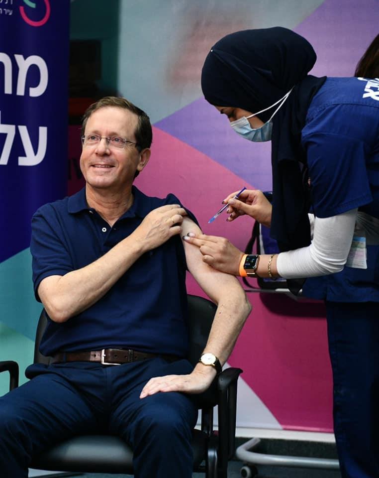 以色列總統赫佐格(左)30日接種第3劑COVID-19疫苗。(圖取自facebook.com/IsaacHerzog)