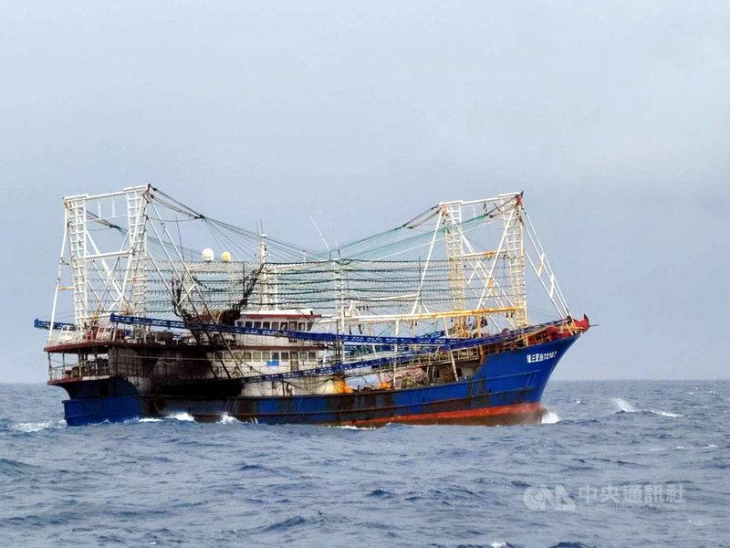 中國2艘大型漁船31日上午接近蘭嶼,由於已明顯闖入台灣海域且近日中科院密集在東南海域火砲射擊,海巡艦艇前往驅離。(漁民提供)中央社記者盧太城傳真 110年7月31日