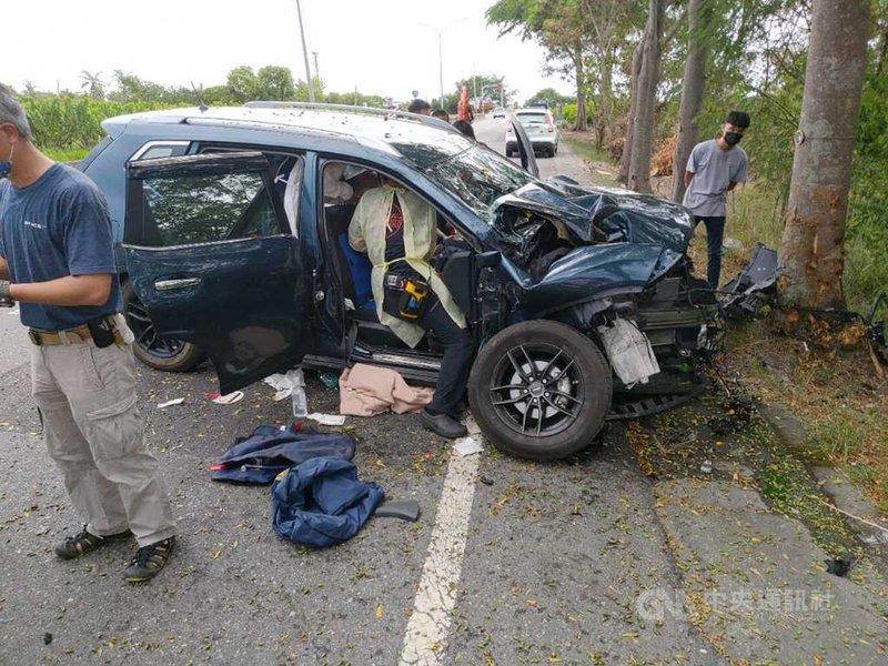 台11線台東知本段31日上午發生休旅車失控撞上路樹意外,車頭嚴重毀損;同地點1日也發生自小客車翻覆撞上路樹,造成2名年輕人死亡。(台東縣消防局提供)中央社記者盧太城台東傳真  110年7月31日