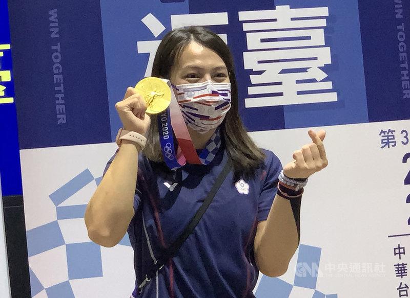 台灣「舉重女神」郭婞淳在本屆東京奧運舉重女子59公斤級為台灣贏得一面金牌,31日下午載譽歸國,開心高舉金牌、手比小愛心留影。中央社記者葉臻攝 110年7月31日