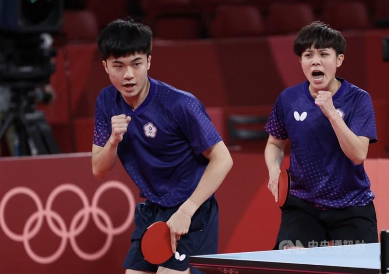 台灣桌球選手林昀儒(左)、鄭怡靜(右)26日奪下東京奧運桌球混雙銅牌,男單也追平隊史最佳紀錄。選手良好表現,背後有運動科學團隊相助。(中央社檔案照片)