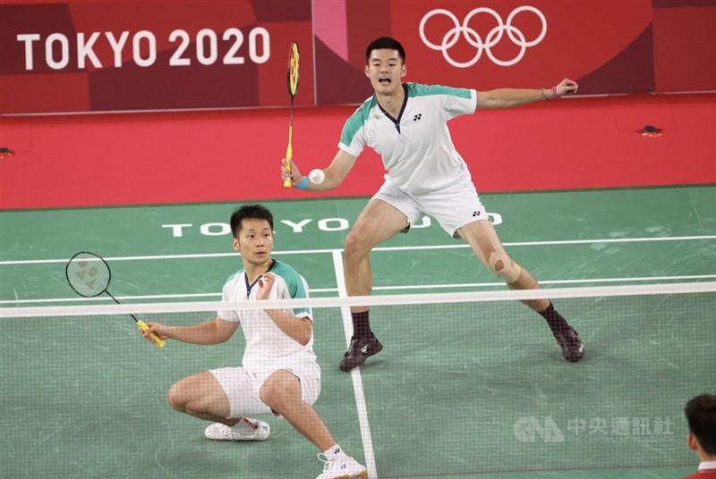 中國羽球男雙組合劉雨辰、李俊慧的鷹眼挑戰,雖然讓台灣「麟洋配」王齊麟(後)和李洋(前)的「聖筊」沒機會出現,但麟洋配31日晚間在東京奧運羽球男雙金牌戰中,僅花34分鐘就以直落2獲勝,為台灣拿下奧運羽球項目首金。中央社記者吳家昇攝 110年7月31日