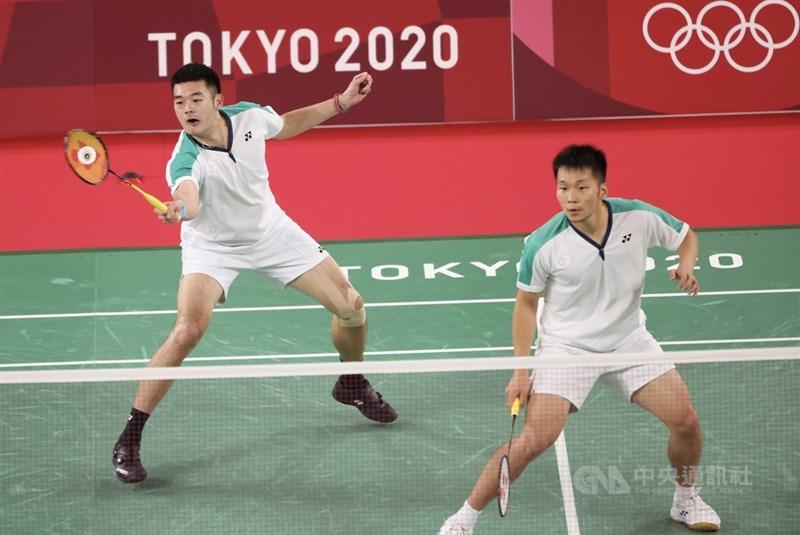 一度在東京奧運羽球男雙小組賽首戰吞敗,台灣好手王齊麟(左)、李洋(右)從差一點小組賽出局到最終奪金,整個過程如倒吃甘蔗,不只中斷中國在奧運羽球男雙3連霸意圖,同時也是奧運羽球男雙史上首對非種子金牌。中央社記者吳家昇攝 110年7月31日