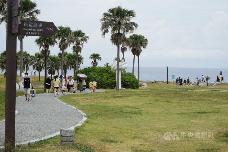 國內疫情警戒降為2級的首個假日,花蓮七星潭風景區31日出現旅遊人潮。中央社記者張祈攝  110年7月31日