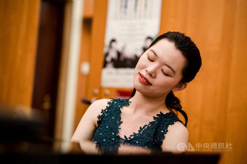 台灣青年鋼琴家謝維庭脫穎而出,10月將從巴黎出發前往波蘭,參加蕭邦國際鋼琴大賽。她說,能拿到參賽資格很緊張也很開心,「只剩下2個月時間準備曲目,一定要盡力穩住自己,持續朝目標前進。」(謝維庭提供)中央社記者趙靜瑜傳真  110年7月31日