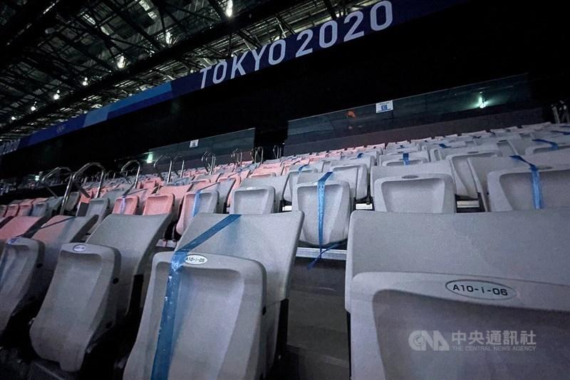 奧運主辦城市日本東京疫情持續快速擴大,31日新增4058例不僅創歷史新高,也是疫情爆發一年多來首度單日逾4000例。圖為疫情迫使2020東京奧運大多採閉門比賽,東京水上運動中心27日的游泳賽事未開放觀眾進場,大部分座位都被繩子綁住。中央社記者吳家昇攝 110年7月27日