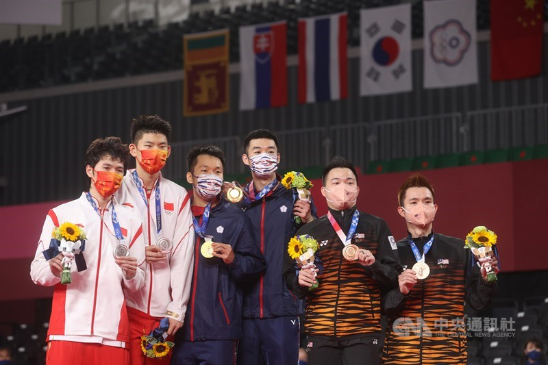 東京奧運羽球男子雙打賽程31日晚間告一段落,最終由台灣「麟洋配」搭檔李洋(左3)、王齊麟(右3)成功奪下本屆金牌,中國、馬來西亞好手分獲銀、銅牌。。中央社記者吳家昇攝 110年7月31日