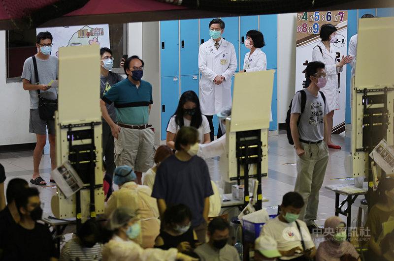 台大醫院家庭醫學部主治醫師張皓翔31日指出,目前台大醫院有2項疫苗混打試驗,其中1項由中央流行疫情指揮中心專家諮詢小組召集人張上淳主持,是專為解決AZ 與莫德納疫苗混打議題而發起的研究。圖為張上淳(後右3)上午在台大COVID-19疫苗接種站與台大醫院副院長高淑芬(後右2)交換意見。中央社記者裴禛攝 110年7月31日