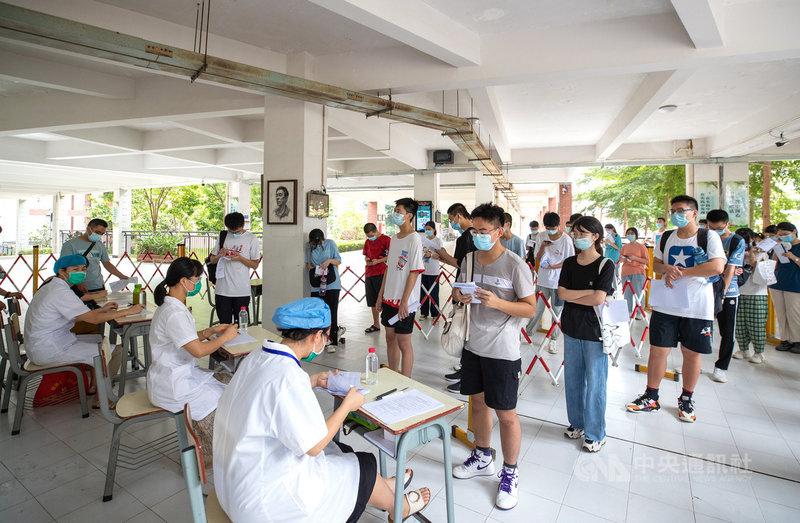 中國疾控中心專家31日表示,目前中國接種COVID-19疫苗,不同技術路線的疫苗不能混打。至於是否需要追加第3劑疫苗,仍在研究中。圖為30日,福建莆田市第五中學的學生在學校集中接種疫苗。(中新社提供)中央社 110年7月31日