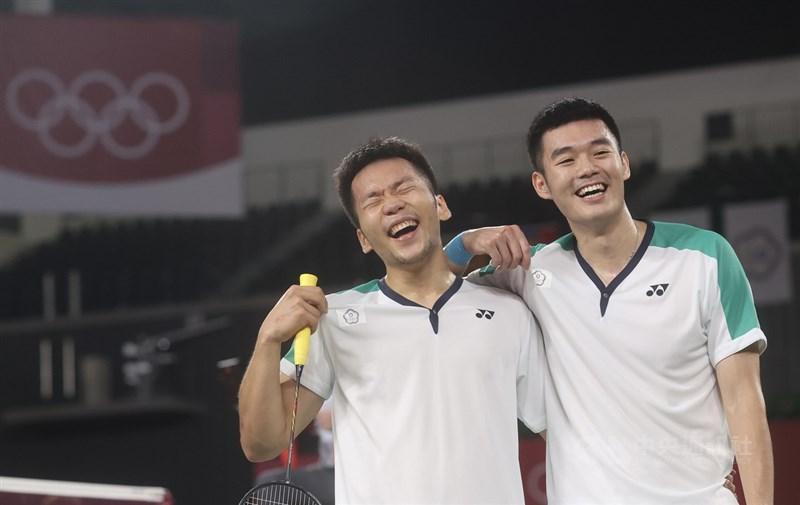 東京奧運羽球男雙關鍵金牌戰31日晚間登場,台灣組合李洋(左)、王齊麟(右)雖一度落後,但成功頂住壓力,拍落中國組合奪下金牌,兩人賽後笑開懷。中央社記者吳家昇攝 110年7月31日