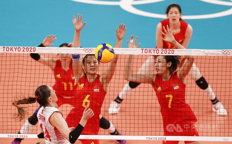 尋求衛冕的中國女子排球隊,在東京奧運小組賽吞3連敗後,31日因為土耳其擊敗阿根廷,已經宣告提前出局,創下參加奧運的最差戰績。圖為25日,身穿紅色球衣的中國女排,第一戰就慘敗給土耳其。(中新社提供)中央社 110年7月31日