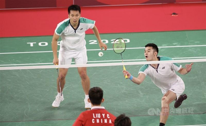 東京奧運羽球男子雙打冠軍戰31日晚間登場,台灣「麟洋配」搭檔李洋(左)、王齊麟(右)儘管首局開局不順,一度落後,但卻是愈打愈順,最後直落二奪勝、拿下金牌。中央社記者吳家昇攝 110年7月31日
