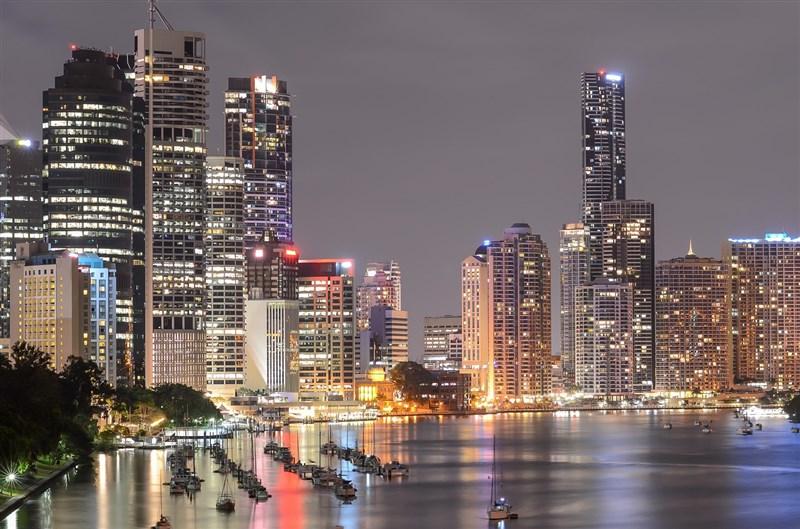 為防範Delta變異株,澳洲當局祭出防疫措施,第3大城布里斯本與昆士蘭州其他地區31日起封城3天。圖為布里斯本一景。(圖取自Pixabay圖庫)