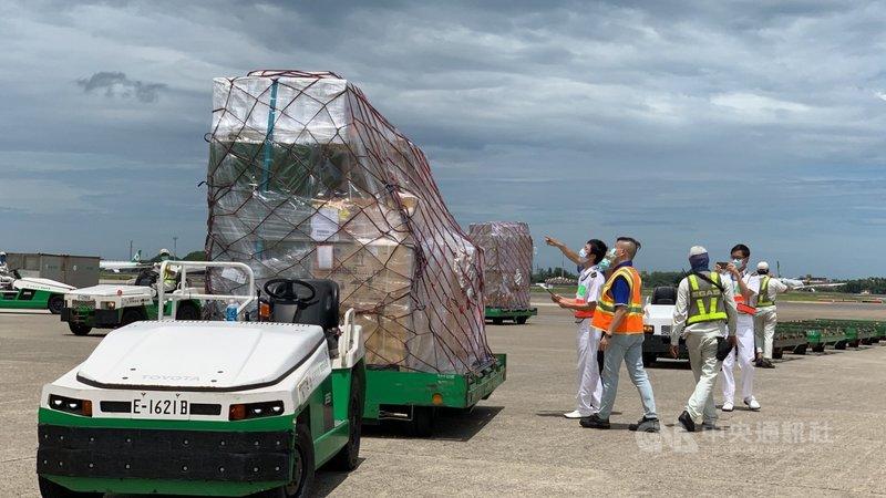 立陶宛捐贈台灣2萬劑AZ疫苗,31日上午運抵桃園機場,這批疫苗被裝載在兩個溫控櫃中,與其他貨物一同捆綁,地勤人員將整批貨物運下機後,海關人員隨即上前查看,在機邊完成驗放作業。中央社記者葉臻攝 110年7月31日