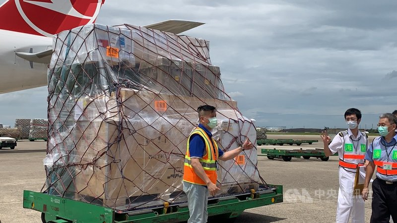 立陶宛捐贈台灣2萬劑AZ疫苗,31日上午由土耳其航空運抵桃園機場,海關人員在機邊完成驗放作業後,向現場人員比出ok手勢。中央社記者葉臻攝 110年7月31日