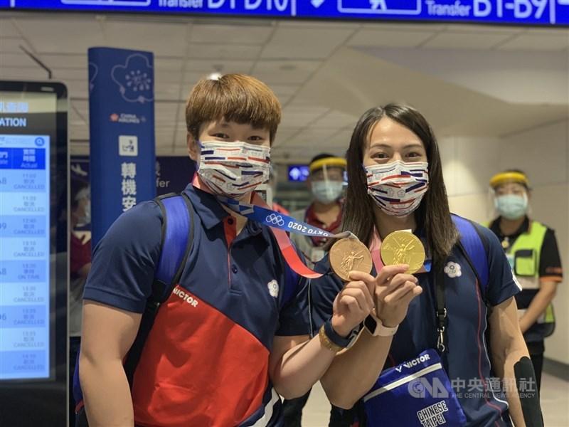 「舉重女神」郭婞淳(右)、陳玟卉(左)在東京奧運分別奪金、摘銅,31日載譽歸國。中央社記者葉臻攝 110年7月31日