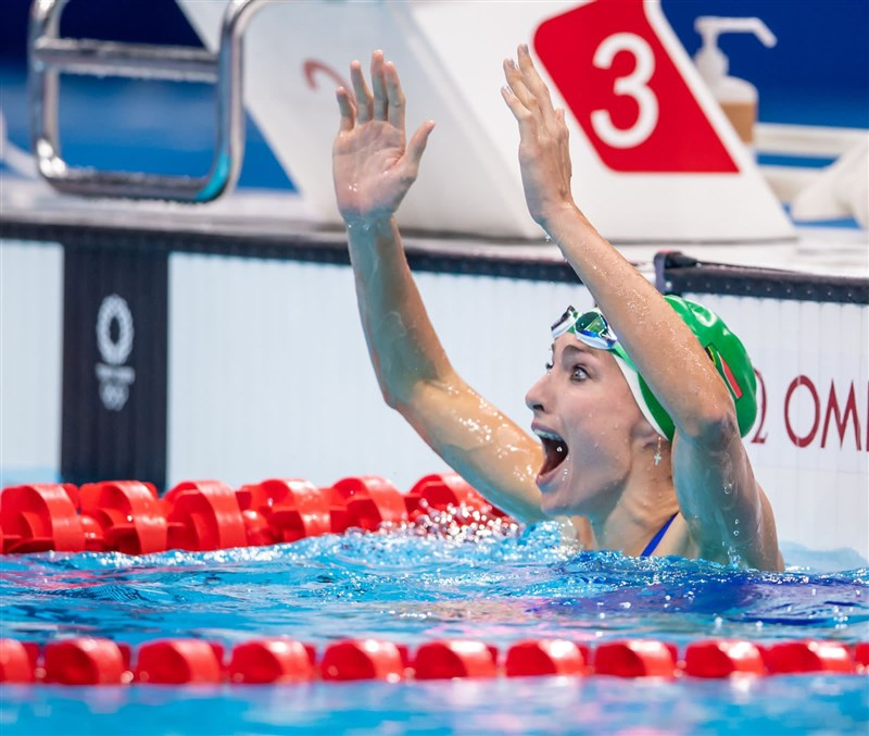 南非游泳好手舒恩馬克30日在東京奧運女子200公尺蛙式勇奪金牌,南非人民舉國歡騰。(圖取自twitter.com/TeamSA2020)