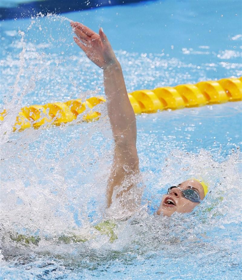 澳洲泳將馬凱恩31日在東京奧運女子200公尺仰式項目再度摘金。(共同社)