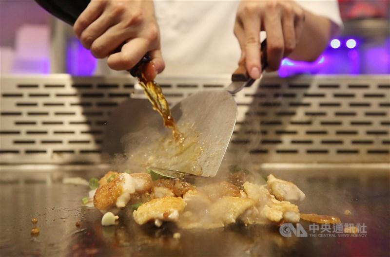 食材在炙熱鐵板上吱吱作響,香氣撲鼻而來,現場內用最能享受料理的色香味。